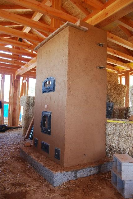 Estufa de Inercia en Casa de Paja en construcción