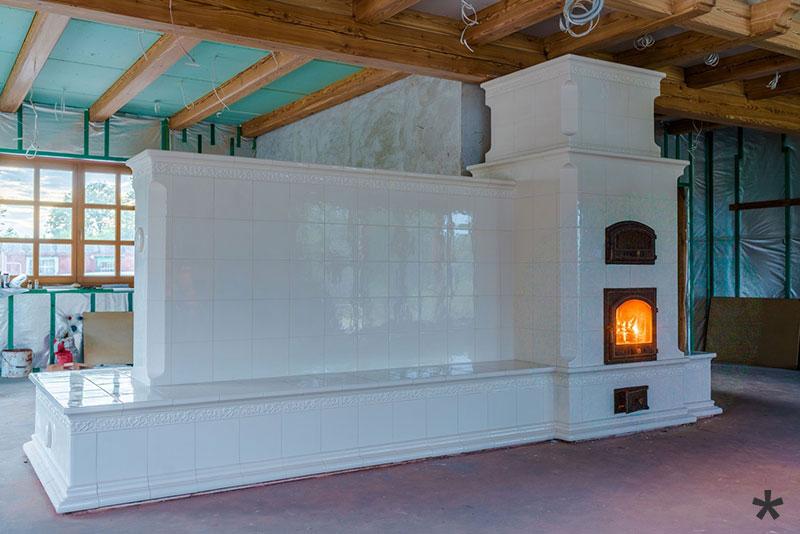 Estufa de Inercia en cerámica con banco caliente, horno y cocina económica en la parte posterior